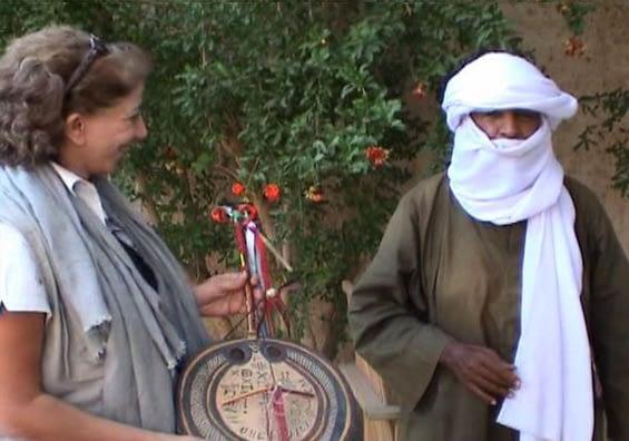 Farida reçoit l'Imzad